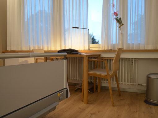 Hirslanden Klinik Zürich Im Park mit Magnus Olesen Stuhl Tonica Wood und Tisch Slender